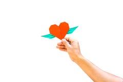 Χέρι με το κόκκινο έγγραφο μορφής καρδιών Στοκ Εικόνες