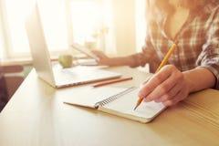 Χέρι με το μολύβι και το σημειωματάριο Στοκ εικόνα με δικαίωμα ελεύθερης χρήσης