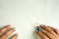 Χέρι με το μολύβι που γράφει στο άσπρο υπόβαθρο, ελεύθερου χώρου Στοκ φωτογραφία με δικαίωμα ελεύθερης χρήσης
