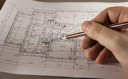 Χέρι με το μολύβι στο σχέδιο του σπιτιού Στοκ Φωτογραφίες