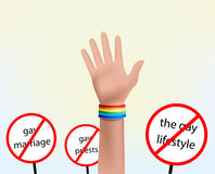 Χέρι με το ομοφυλοφιλικό σύμβολο βραχιολιών Στοκ εικόνα με δικαίωμα ελεύθερης χρήσης