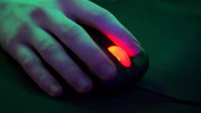 Χέρι με το ποντίκι υπολογιστών φιλμ μικρού μήκους