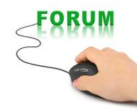 Χέρι με το ποντίκι υπολογιστών και το φόρουμ λέξης ελεύθερη απεικόνιση δικαιώματος