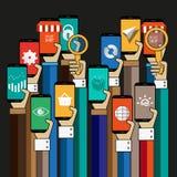 Χέρι με το smartphone που χρησιμοποιεί apps για να αγοράσει on-line Στοκ Φωτογραφίες