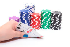 Χέρι με δύο τσιπ πόκερ άσσων και σωρών Στοκ φωτογραφίες με δικαίωμα ελεύθερης χρήσης