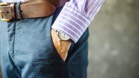 Χέρι με Wristwatch στην τσέπη στοκ φωτογραφίες