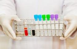 Χέρι μιας επιστημονικής εκμετάλλευσης μια δοκιμή σωλήνων Στοκ εικόνα με δικαίωμα ελεύθερης χρήσης