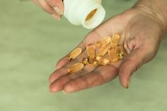 Χέρι μιας ηλικιωμένης γυναίκας με τα χάπια στοκ φωτογραφία