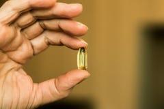 Χέρι μιας ηλικιωμένης γυναίκας με τα χάπια στοκ φωτογραφίες