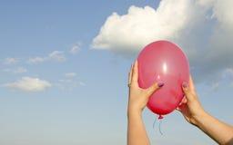 χέρι μπαλονιών που κρατά τα &k Στοκ εικόνες με δικαίωμα ελεύθερης χρήσης