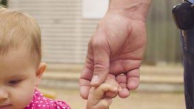 Χέρι μπαμπάδων ` s εκμετάλλευσης μικρών κοριτσιών απόθεμα βίντεο