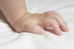 Χέρι μωρού στο κρεβάτι στοκ φωτογραφία