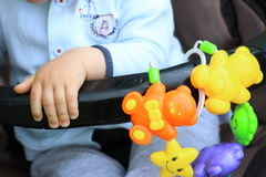 Χέρι μωρών κοντά στα παιχνίδια μωρών Στοκ φωτογραφίες με δικαίωμα ελεύθερης χρήσης