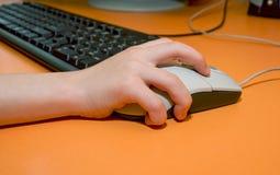 Χέρι μωρών στο ποντίκι υπολογιστών Στοκ Φωτογραφίες