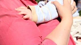 Χέρι μωρών ` s με το νήπιο mom απόθεμα βίντεο