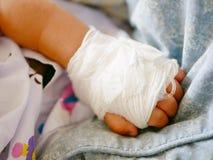 Χέρι μωρών ` s με το intravenouse & x28 IV& x29  καθετήρας στοκ εικόνες
