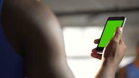 Χέρι να τυλίξει ατόμων αφροαμερικάνων ιστοσελίδας στη συσκευή με την πράσινη οθόνη απόθεμα βίντεο