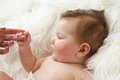 Χέρι νεογέννητου μωρών Mom εκμετάλλευσης Στοκ εικόνες με δικαίωμα ελεύθερης χρήσης