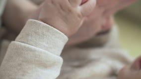 Χέρι νεογνών εκμετάλλευσης μητέρων Κλείστε επάνω χέρι-χέρι Έννοια μητρότητας απόθεμα βίντεο