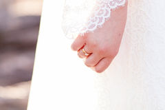 Χέρι νυφών ` s με το δαχτυλίδι αρραβώνων Στοκ Εικόνες