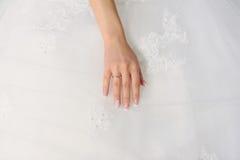 Χέρι νύφης με το χρυσό δαχτυλίδι Στοκ Εικόνες