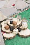Χέρι ξύλου και λινού - γίνοντη γαμήλια διακόσμηση στοκ εικόνες με δικαίωμα ελεύθερης χρήσης