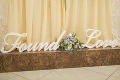 Χέρι ξύλου και λινού - γίνοντη γαμήλια διακόσμηση στοκ εικόνα με δικαίωμα ελεύθερης χρήσης