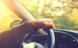 χέρι οδήγησης αυτοκινήτων το άτομο πλήκτρων του Στοκ εικόνα με δικαίωμα ελεύθερης χρήσης