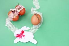 Χέρι Πάσχας - γίνοντη διακόσμηση: αυγά Πάσχας με την άσπρη δαντέλλα και το εορταστικό λαγουδάκι εγγράφου που απομονώνονται στο πρ Στοκ εικόνα με δικαίωμα ελεύθερης χρήσης
