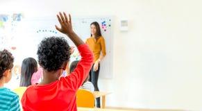 Χέρι παιδιών έθνους αφροαμερικάνων επάνω για το θέμα απάντησης του te Στοκ φωτογραφία με δικαίωμα ελεύθερης χρήσης