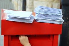 χέρι παιδιών που βάζει τις επιστολές στην ταχυδρομική θυρίδα Στοκ Εικόνες