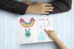 Χέρι παιδιών που δείχνει στη ευχετήρια κάρτα Στοκ εικόνα με δικαίωμα ελεύθερης χρήσης