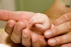 χέρι πατέρων μωρών Στοκ φωτογραφία με δικαίωμα ελεύθερης χρήσης
