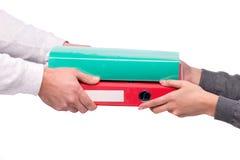 Χέρι που δίνει τους φακέλλους σε άλλο πρόσωπο Στοκ Φωτογραφία