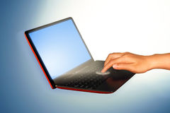 Χέρι που αγγίζει στο lap-top και τη σύνδεση Στοκ εικόνες με δικαίωμα ελεύθερης χρήσης