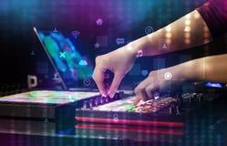 Χέρι που αναμιγνύει τη μουσική στον ελεγκτή του Midi με την κοινωνική έννοια μέσων Στοκ εικόνα με δικαίωμα ελεύθερης χρήσης