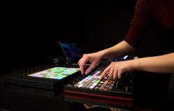 Χέρι που αναμιγνύει τη μουσική στον ελεγκτή του Midi Στοκ Εικόνες