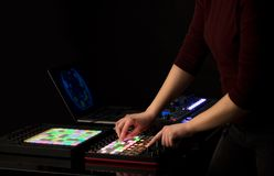 Χέρι που αναμιγνύει τη μουσική στον ελεγκτή του Midi Στοκ φωτογραφίες με δικαίωμα ελεύθερης χρήσης