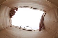 Χέρι που ανοίγει την τσάντα καφετιού εγγράφου Στοκ εικόνα με δικαίωμα ελεύθερης χρήσης