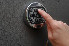 Χέρι που ανοίγει την ψηφιακή κλειδαριά στο χρηματοκιβώτιο στοκ φωτογραφίες με δικαίωμα ελεύθερης χρήσης