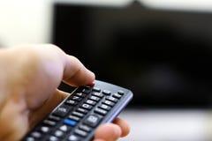 Χέρι που ανοίγει χρησιμοποιώντας έναν μακρινό ελεγκτή Στοκ εικόνες με δικαίωμα ελεύθερης χρήσης