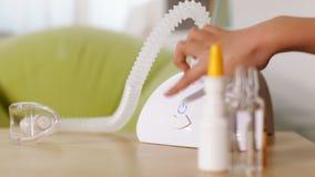 Χέρι που ανοίγει nebuliser inhaler τη συσκευή φιλμ μικρού μήκους