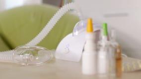 Χέρι που αρχίζει και που σταματά nebuliser inhaler τη συσκευή απόθεμα βίντεο
