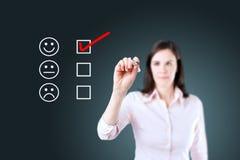 Χέρι που βάζει το σημάδι ελέγχου με τον κόκκινο δείκτη στη μορφή αξιολόγησης εξυπηρέτησης πελατών πρόσκληση συγχαρητηρίων καρτών  Στοκ Εικόνες