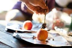 Χέρι που γεμίζει τα τσιπ σοκολάτας στη Apple στοκ φωτογραφία με δικαίωμα ελεύθερης χρήσης