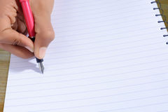 Χέρι που γράφει με τη μάνδρα που απομονώνεται Στοκ εικόνα με δικαίωμα ελεύθερης χρήσης