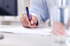 Χέρι που γράφει σε χαρτί στοκ εικόνες