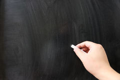 Χέρι που γράφει στον πίνακα κιμωλίας στοκ φωτογραφία