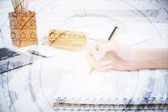 Χέρι που γράφει στο σημειωματάριο με το ψηφιακό σχέδιο Στοκ φωτογραφία με δικαίωμα ελεύθερης χρήσης