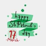 Χέρι που γράφει την ευτυχή ημέρα του ST Πάτρικ ` s με τα φύλλα τριφυλλιού και την πράσινη κορδέλλα Στοκ φωτογραφίες με δικαίωμα ελεύθερης χρήσης